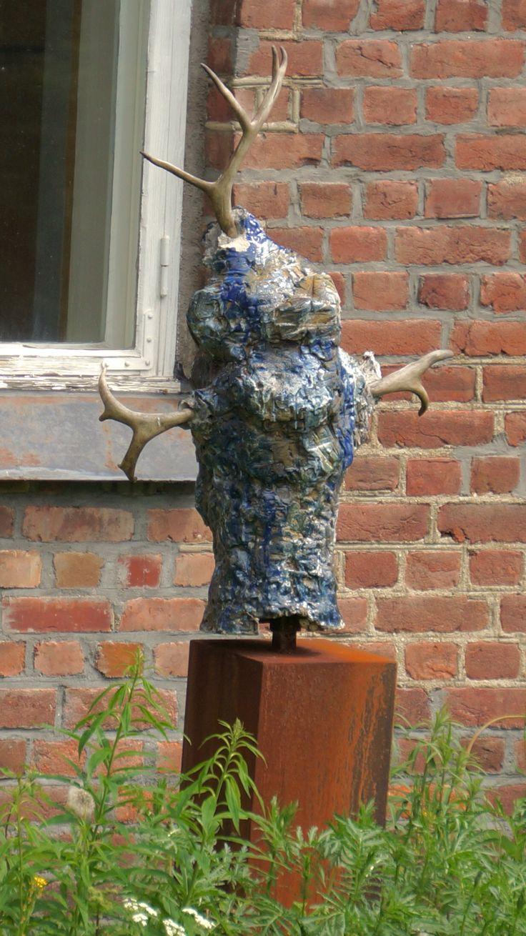 """Skulptur fra """"Skulptur langs elva"""" (2013) av Beate Juell (1964 - ). Skulpturen er plassert mot Hunnselva ved Galleri Svae, som tok initiativet til """"Skulptur langs elva""""."""