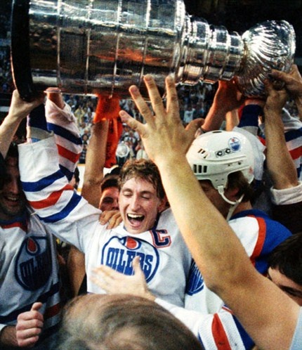 Wayne Gretzky / Oilers holding Lord Stanley's cup.