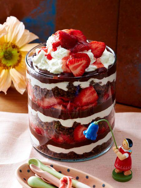 Schicht für Schicht: Aus Erdbeeren, Sahne, Schokocreme und Pumpernickel wird ein leckeres Dessert.