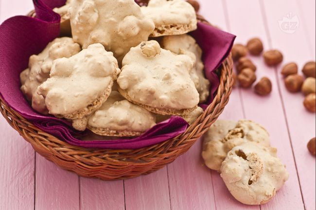 I brutti ma buoni sono dei biscotti a base di nocciole tostate, intere e tritate. I brutti ma buoni sono dei dolcetti il cui aspetto è irregolare e poco uniforme ma il cui sapore è delizioso!