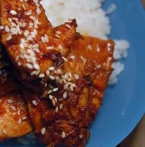 , Dak bulgogi är helt enkelt grillad koreansk kyckling, men det fungerar även att steka i panna om regnet öser ned eller grillkolen lyser med sin frånvaro. Blir det rester över? Grattis, du har morgondagens middag säkrad: gör en bibimbap: Ta en skål, fyll den med ris och toppa med kyckling, överblivna namuler, strimlad morot och/eller rättika och krön skapelsen med ett stekt ägg. Blanda sedan ihop allt ordentligt och ät tills du storknar av mättnad.