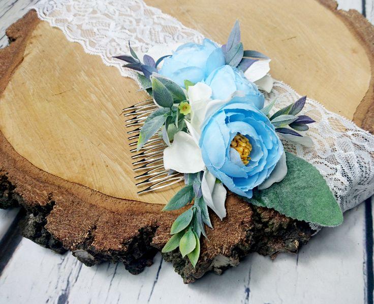 Uroczy grzebyk do włosów dla panny młodej, wykonany ze sztucznych kwiatów w pięknym odcieniu błękitu.  Do kupienia w sklepie internetowym Madame Allure!