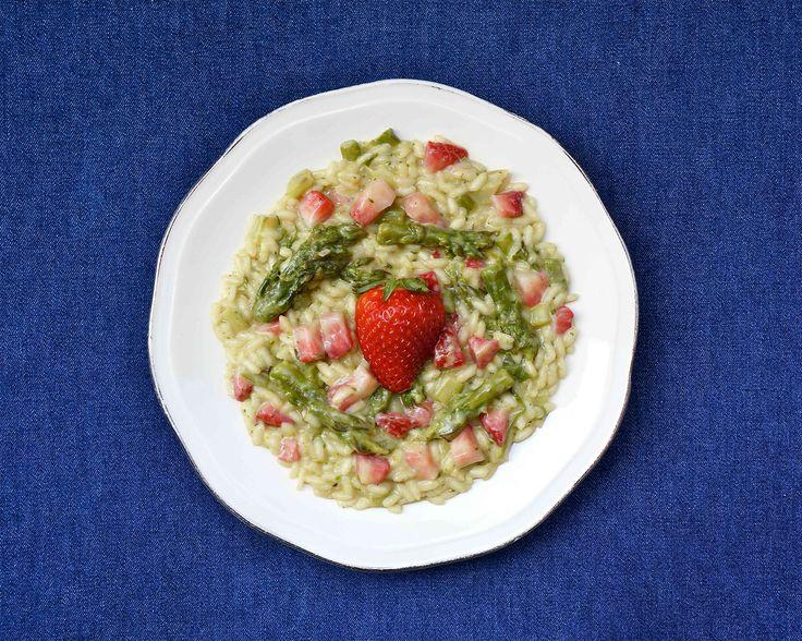 L'abbinamento di fragole e asparagi, per un risotto di stagione in pieno stile primaverile, non è certo una novità, ma riesce sempre a sorprendere per la b
