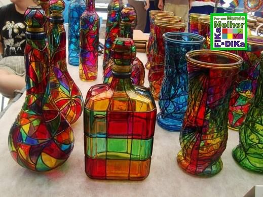 Temos tantas garrafas que podem receber essa reciclagem e decorar a nossa casa!            Essa você encontra na feira hippie de Ipanem...
