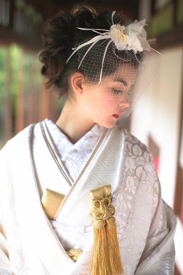 『正徳三十九番亀甲金』金糸で織り込まれた大きな亀甲に、花菱を中心として 橘の文様が描かれた粋な白無垢です。