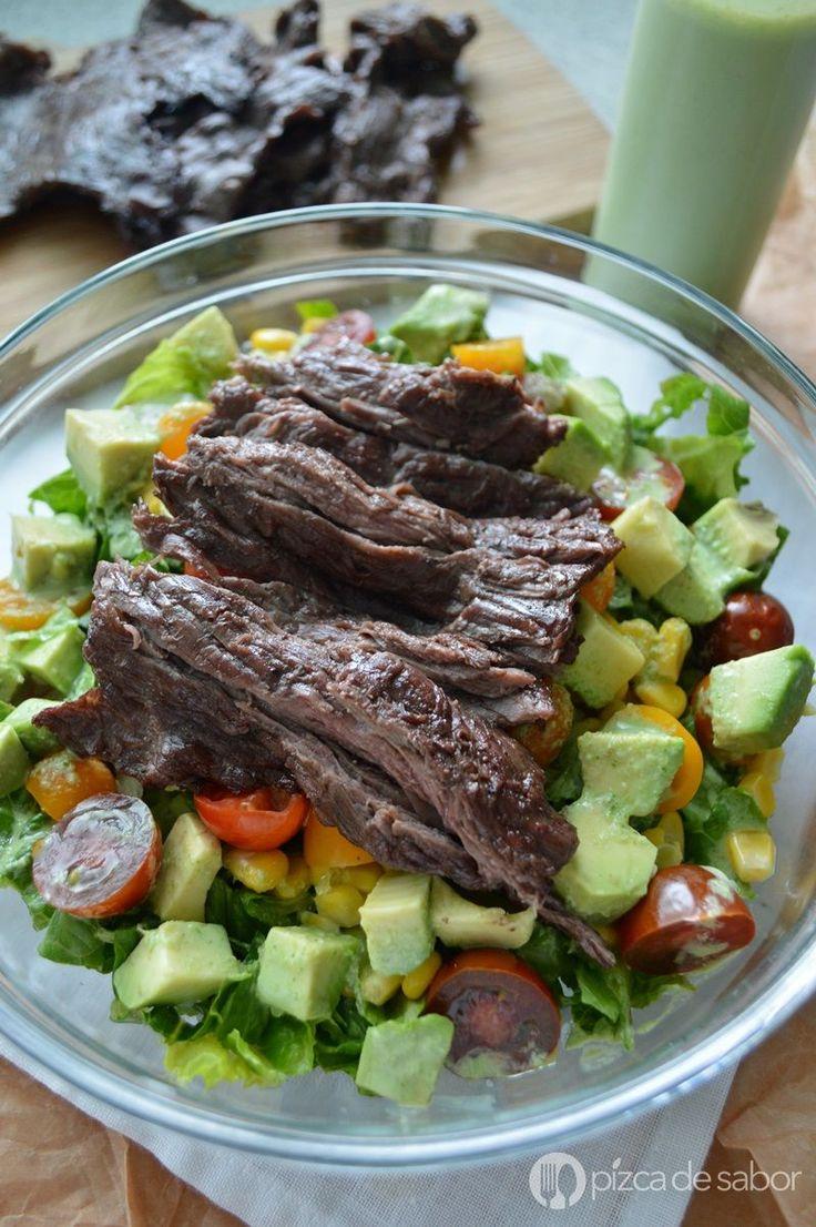 Deliciosa ensalada con arrachera y aderezo cremoso de cilantro muy fácil de preparar. Muy rico con arrachera o carne que te sobró de una carne asada .