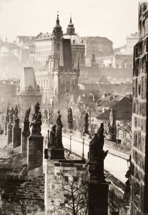 Czechoslovakia. Charles Bridge, Prague, 1949 // photo by Zdenko Feyfar