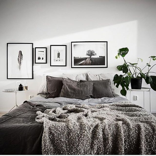 Minimalistiskt sovrum inrett med vitt och grått, en monstera som lättar upp och inramad poster från printler.com, marknadsplatsen för fotokonst. Motiv av Marcus Westergren. Foto av Kronfoto och inredning av @scandinavianhom