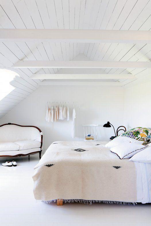 Dans leur ancienne ferme du sud de la Suède repensée comme un loft, Peter Simonsson, sa femme Henriette et leur fille Faye vivent au vert dans un écrin immaculé