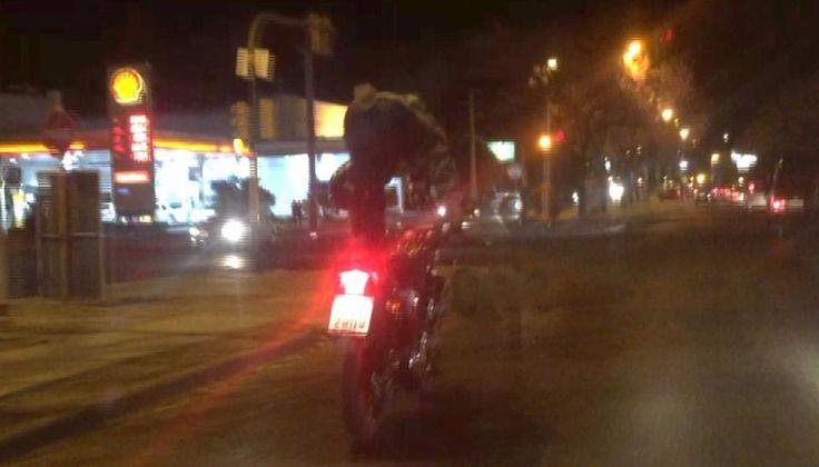 """Anduvo parado en posición de """"grulla"""" sobre su moto y pudo ocasionar accidente en Tres Cerritos: Un motociclista imprudente realizó…"""