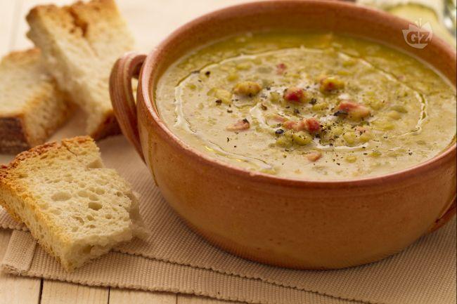 La zuppa di piselli SECCHI spezzati è una minestra gustosa e sostanziosa ma composta di pochi e semplici ingredienti, ideale da gustare ben calda in inverno!