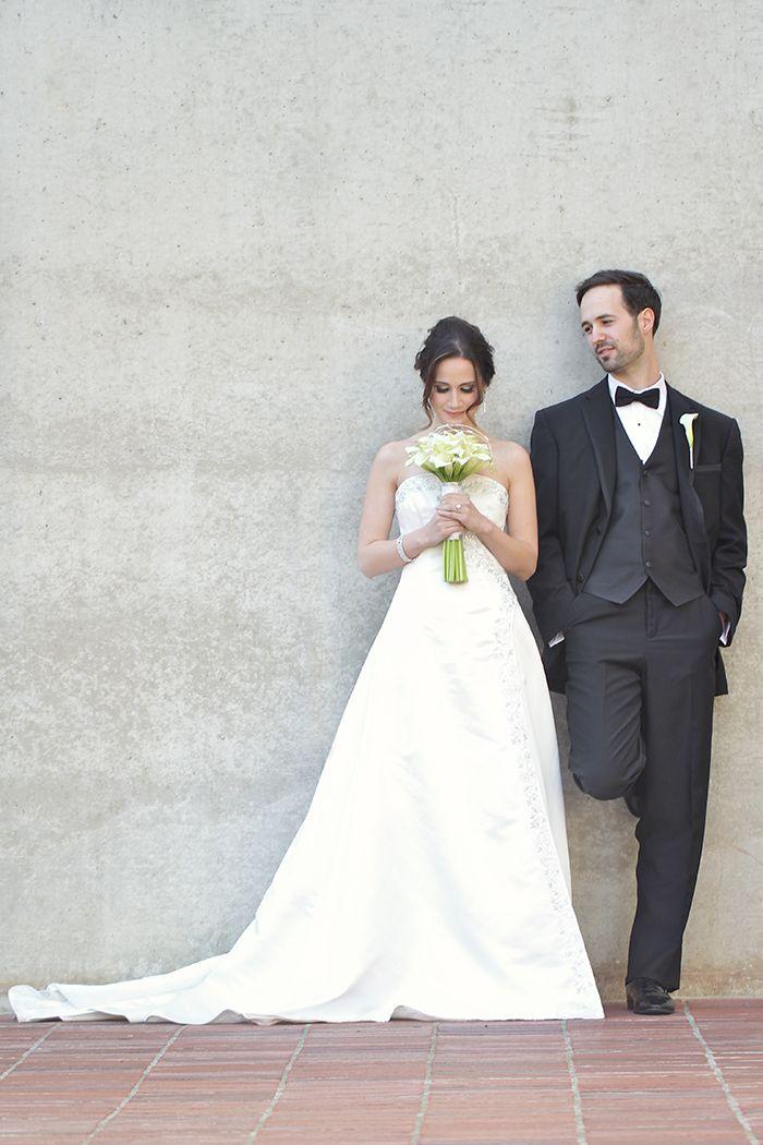Sehr schöne Pose - der Fuß des Bräutigams muss unbedingt sichtbar sein // Images by Emma Wyatt Photography