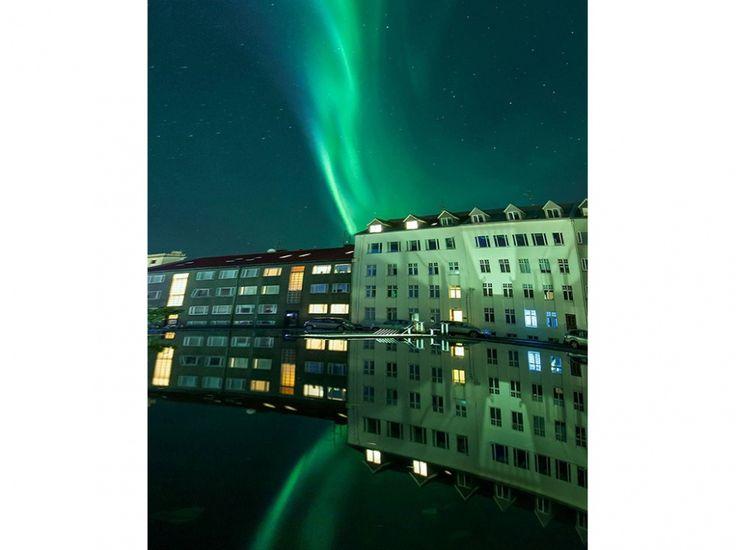 Une rue de Reykjavik, le 28 septembre, sous le voile d'une aurore polaire, sur une photo de Simona Buratti . Pendant une heure ce soir-là, la capitale islandaise a éteint son éclairage public pour permettre à ses habitants de profiter au maximum du spectacle céleste.