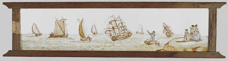 Anonymous | Zeven zeilschepen en een roeiboot bij Kijkduin, Anonymous, c. 1720 - c. 1800 | Glasplaat in houten vatting. Panorama van zeven zeilschepen, waarvan twee varend onder Nederlandse vlag, en een roeiboot. Aan de wal staan een man, vrouw en kind toe te kijken. De man wijst de zee op.