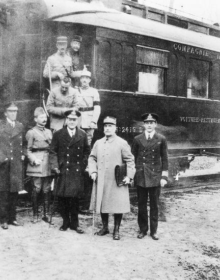 L'armistice a été signé le 11 novembre 1918 proche de la gare de Rethondes à 5h10 pour prendre effet à 11h00. Les conditions d'un armistice sont arrêtées le 4 novembre 1918 à Versailles par le Conseil suprême de la guerre des Alliés, puis communiquées par le maréchal Foch à la délégation allemande présidée par le Dr Erzberger, le 8 novembre à Rethondes.