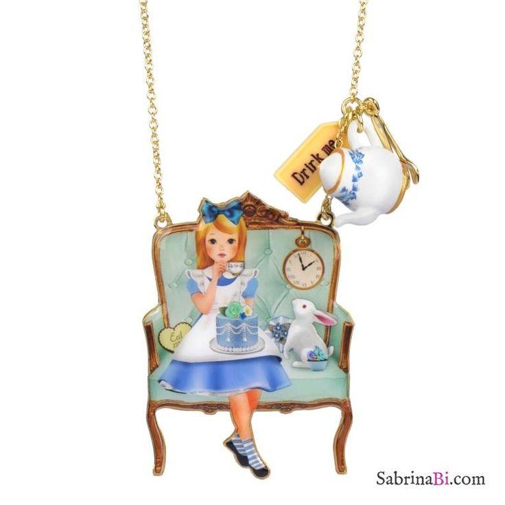 Compra onlinecollana lunga in ottone placcato oro con ciondolo a forma di divano sul qualeAlice si gode un momento di relaxcon tè, dolci e dolcetti con il suo amato Bianconiglio, e l'ormai immancabile teiera oversize in resina 3D