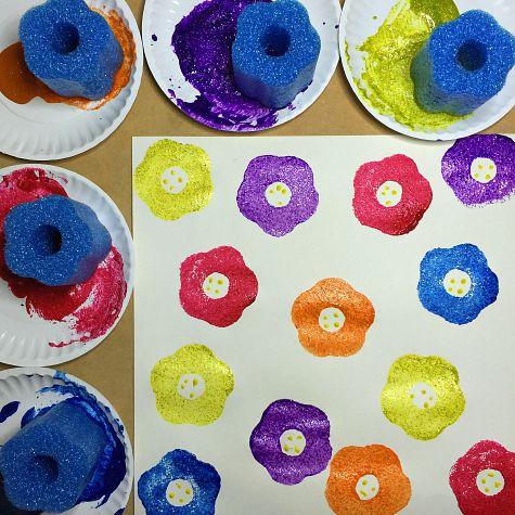 Piscina Noodle Flower Prints Art Project Para preescolar y kindergarten