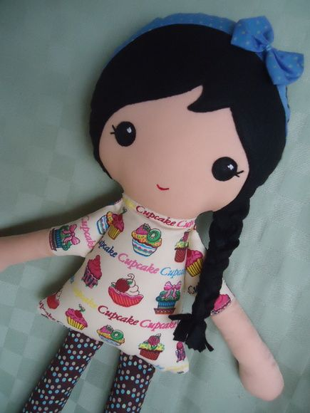 Bonequinhas feita à mão!  Tecido de algodão e enchimento anti alérgico.  Os padrões podem variar conforme nosso estoque.  Entre em contato para acertarmos os detalhes.  http://www.elo7.com.br/bonecas-de-tecido/dp/4463BB