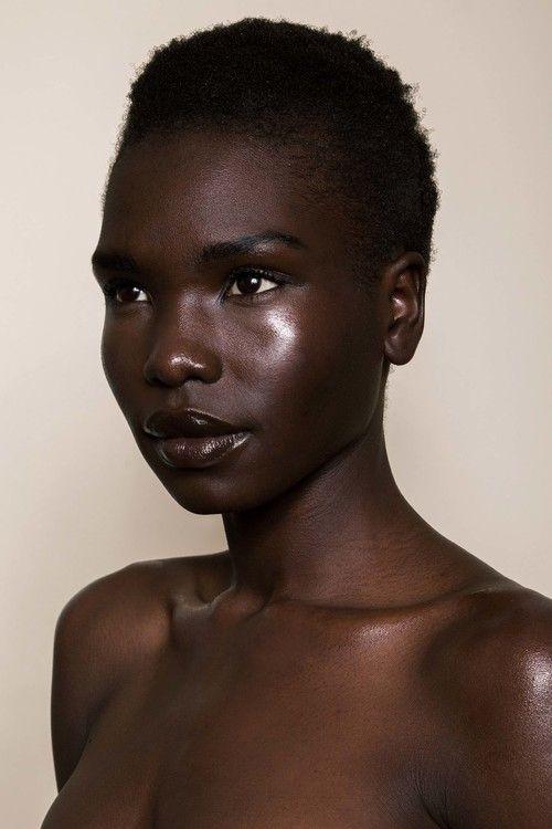 natural africano sentado en la cara