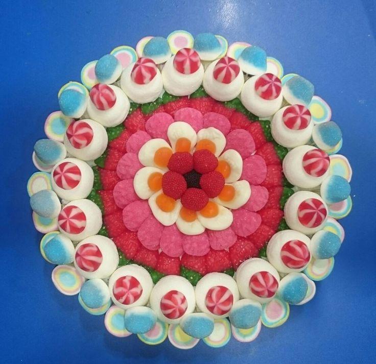 Original y colorida tarta de golosinas de Duldi Sanlúcar.