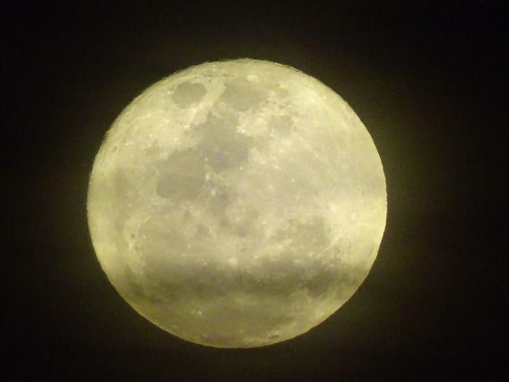Recuerdo que los poetas han llamado a la luna con mil nombres -medalla, ojos de Dios, globo de plata, moneda de miel, mujer, gota de aire- pero la luna está en el cielo y sólo es luna...  JAIME SABINES
