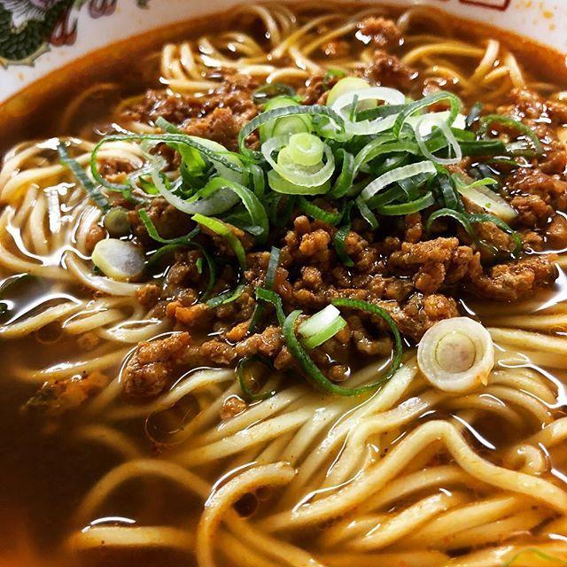 さて、さて、今日は中華で担々麺を食べにきました。^ ^ 寒すぎてたまんない時には身体があったまります!赤唐辛子が身体のシンまで熱くしてくれますねー #中華 #担々麺 #唐辛子 #赤唐辛子 #ラーメン #そぼろ #ミンチ #肉 #ネギ #スープ #あたたまる #うまい #美味い #グルメ #飽きない #だし #味噌 #神戸 #三ノ宮 #三宮