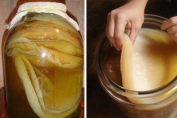 В заварочный чайник поместите пять столовых ложек черного чая и залейте их половиной литра крутого кипятка, оставьте, пока заварка полностью не остынет. Затем добавьте в заварку 7 столовых ложек сахара, тщательно помешайте и процедите при помощи марлевой ткани. Перелейте сладкую крепкую заварку в трехлитровую банку, сверху накройте ее марлевой тканью и поставьте в теплое место примерно на полтора месяца.  Где-то через неделю-полторы появится сильный уксусный запах – это совершенно нормально…