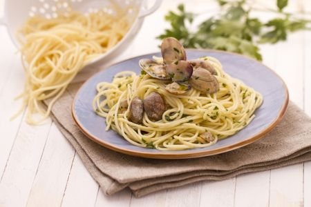 Supersimple but amazing Southern Italian Specialty:Spaghetti alle vongole (clams)
