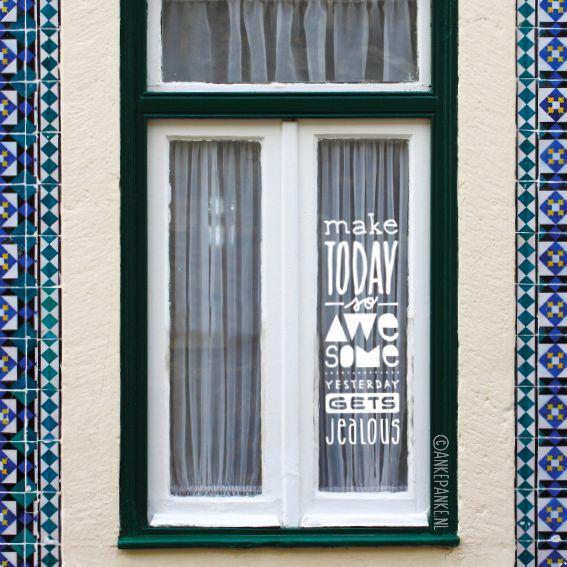 Met de hand getekende quote #raamtekening met een fijne boodschap: Make today so awesome yesterday is jealous. Dit design is speciaal ontworpen voor smalle ramen.