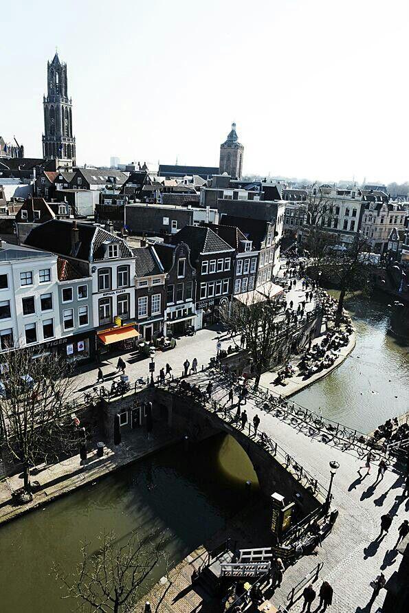 De #Oudegracht is de bekendste gracht in #Utrecht. De bijna twee kilometer lange gracht snijdt van noord tot zuid door het gehele centrum.