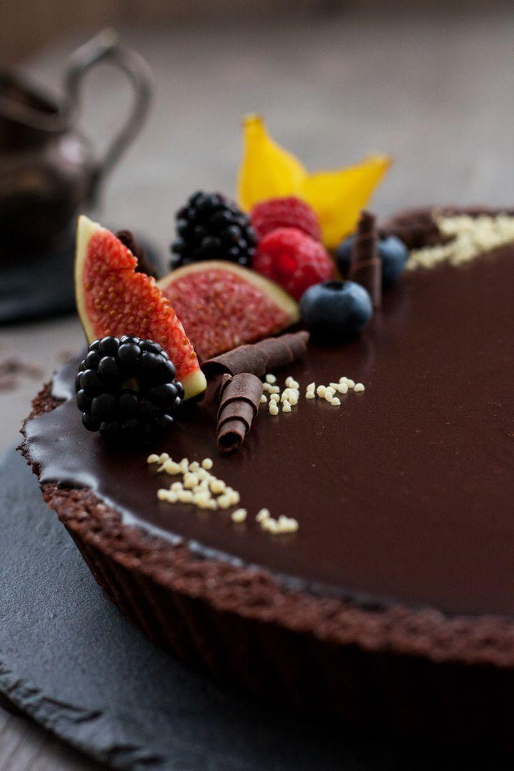 Die Aria Chocolate Tart. 3 Schichten dekadenter Schokoschock: ein knusprig-süßer Schoko-Mürbeteig, eine cremige Schoko-Trüffel-Creme und zum Schluss eine dicke glänzende Schokoglasur. Eines dieser …