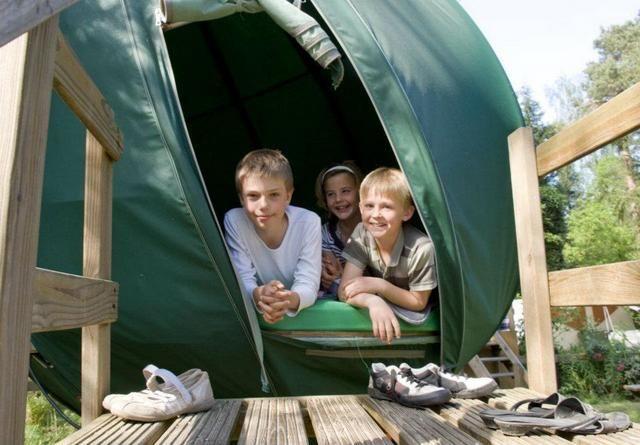 """camping para ir con niños camping """"suspendu"""" en Angleterre et en Hollande"""