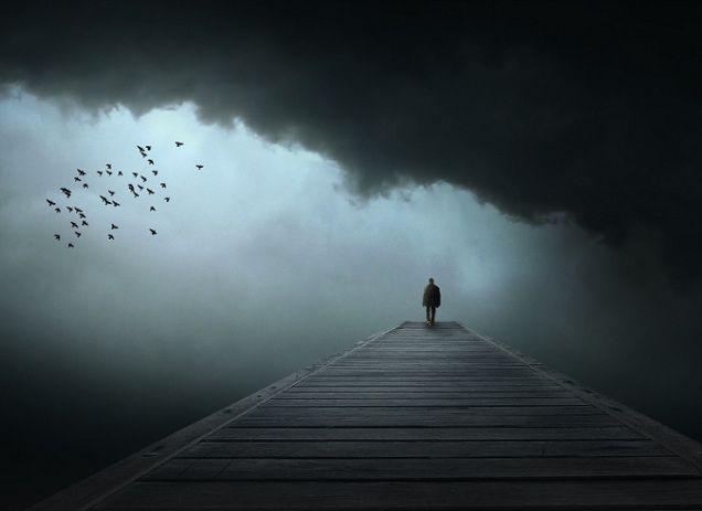 Itt minden annyira sötét. A lelkem, a világom, az érzéseim, a szívem, te magad is sötét vagy, a szemeim és a falak is. Üres lettem. Eltávozott belőlem minden, ami emberré tett. Most már nem vagyok más, csak egy sötét árnyék, aki lehajtott fejjel, állandó könnyekkel bolyong egy fekete, végtelen erdőben. Engem már nem lehet megmenteni. Elvesztem örökre. (Bukta Adrienn)