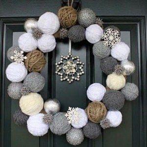 Des boules en laine à accrocher façon couronne et vous avez une jolie couronne de l'Avent à suspendre à votre porte.