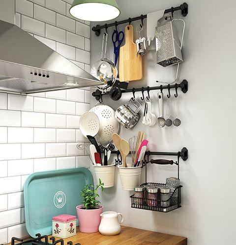 IKEA FINTORP väggförvaring.  Väggförvaringen används till det som behövs vid spisen: knivar, slevar, skärbrädor etc. Listerna kan monteras under underskåpen eller på väggen bredvid spisen.