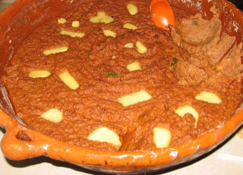 Los frijoles puercos son una modificación que se realiza al guisado de frijoles tradicional agregándole chorizo, salsa, queso, cebolla y otros ingredientes de la cocina tradicional mexicana, para darle un estilo Sinaloa tal como los comen en el norte de