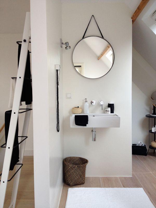 Nicole en Fleur, oprichters van het interieurblog Showhome, hebben bij IKEA gewinkeld en deze kleine badkamer een andere stijl gegeven. Bekijk de volledige mini make-over hier: http://www.showhome.nl/blog/badkamer-mini-make-over/#sthash.vFwTyGtY.dpuf