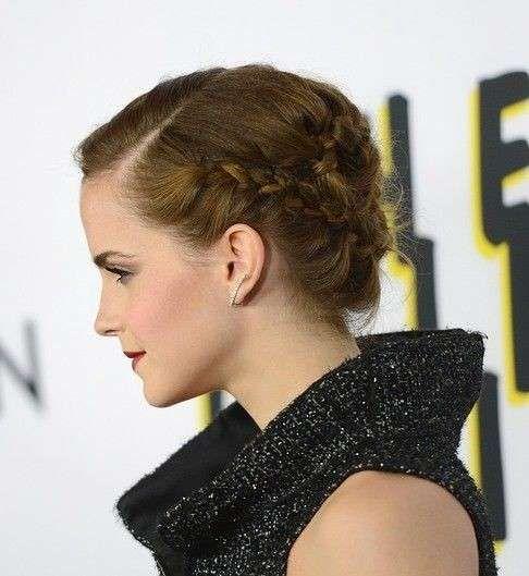 Emma Watson acconciatura con treccia - Emma Watson sfoggia un'acconciatura per capelli corti realizzata con piccole trecce fissate sui lati della testa.
