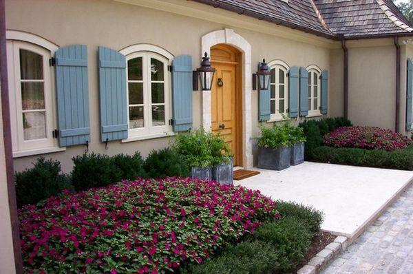 des parterres de fleurs lilas à la française