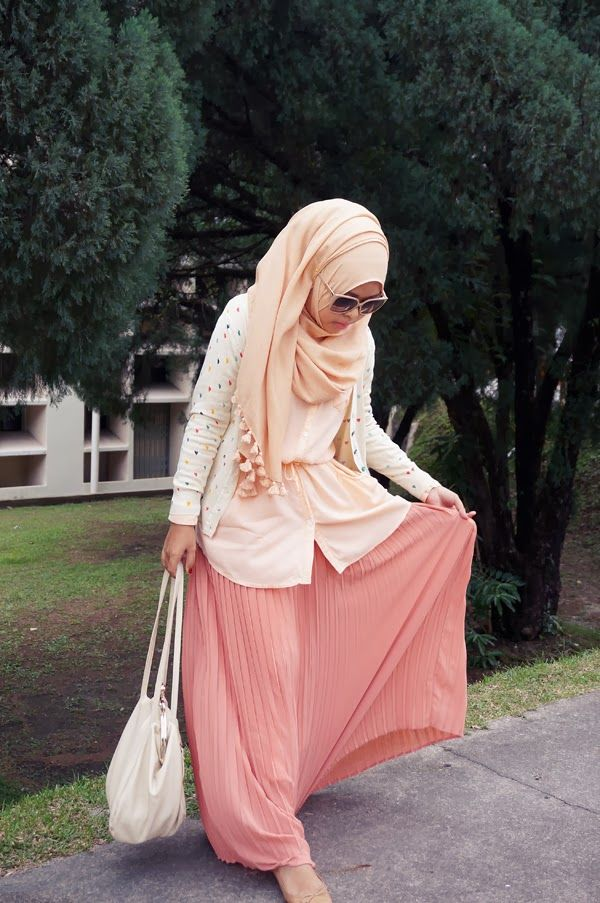 Skirt....outfit.....bag......sunglasses.....hijab....omg