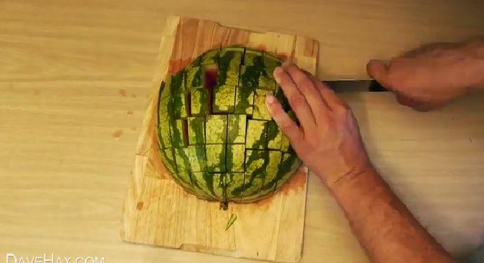 Un modo pratico e veloce per tante fette di cocomero pronte da gustare comodamente in giardino. Ecco come fare.