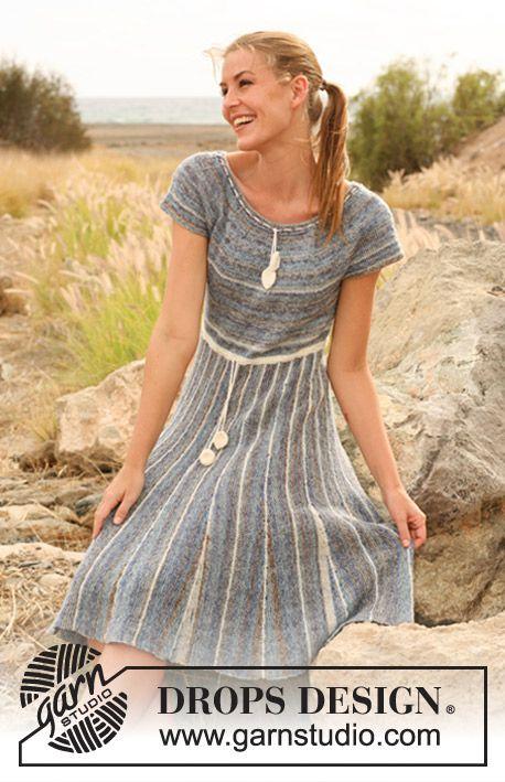 DROPS kjole i Fabel med nederdel strikket fra side til side med forkortede pinde og striber, overdel i glatstrik med rundt bærestykke. Str S - XXXL Gratis opskrifter fra DROPS Design.