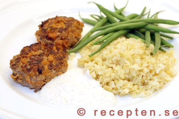 Goda köttfärsbiffar med rivna morötter. Enkelt recept på god och billig mat som dessutom är hälsosam med lågt GI om du serverar med fullkornspasta.