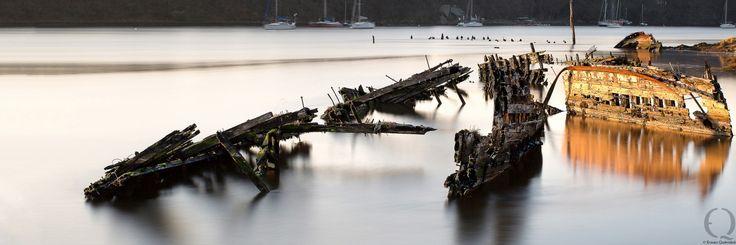Photo cimetière à bateaux Lanester,  Ce cimetière de bateaux sert de décor naturel au théâtre de plein air de Kerhervy. En constante évolution au gré des marées, ce décor naturel en fait un site unique. Au soleil levant, le site est calme et apaisant, les coques se parent de couleurs changeantes.  théâtre de Kerhervy, Lanester, Morbihan