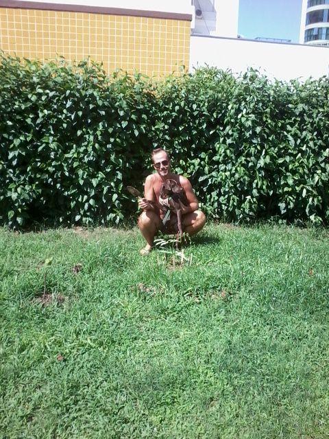 Hoje plantamos um pe de garapuvu perto de casa