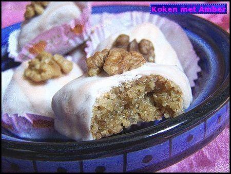 Ook Algerije kent vele soorten overheerlijk gebak en koekjes.Dit is er zo een Mkhabez......een traditionele gebaksoort die heel veel wordt gemaakt bij b.v. bruiloften en besni