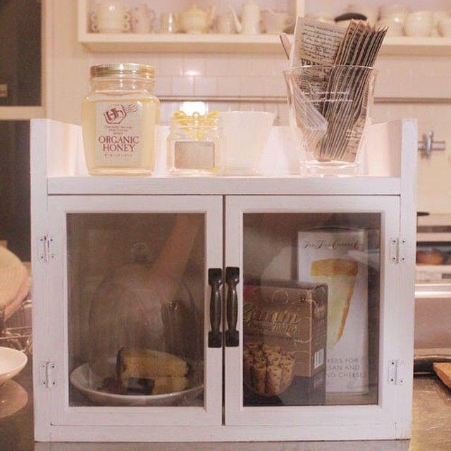 100円カフェ風棚。 扉はセリアの額縁。                                                                                                                                                                                 もっと見る