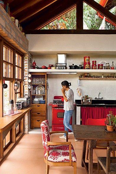 O fogão retrô vermelho da moradora Paula Gomes definiu a cor dos detalhes da decoração. A cozinha, totalmente integrada com a casa rústica projetada pela arquiteta Kita Flórido, tem armários feitos com sobras de madeira da reforma