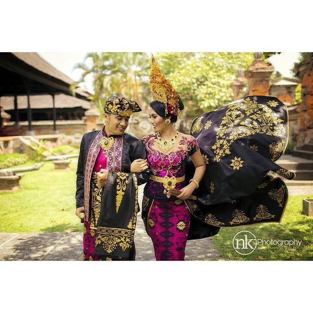 Balinese weddings will definitely amaze you with their richness and magnificence. Traditional wedding clothing involves lots of intricate details. Moreover, during the ceremony both groom and bride usually wear crowns of gold on their heads.