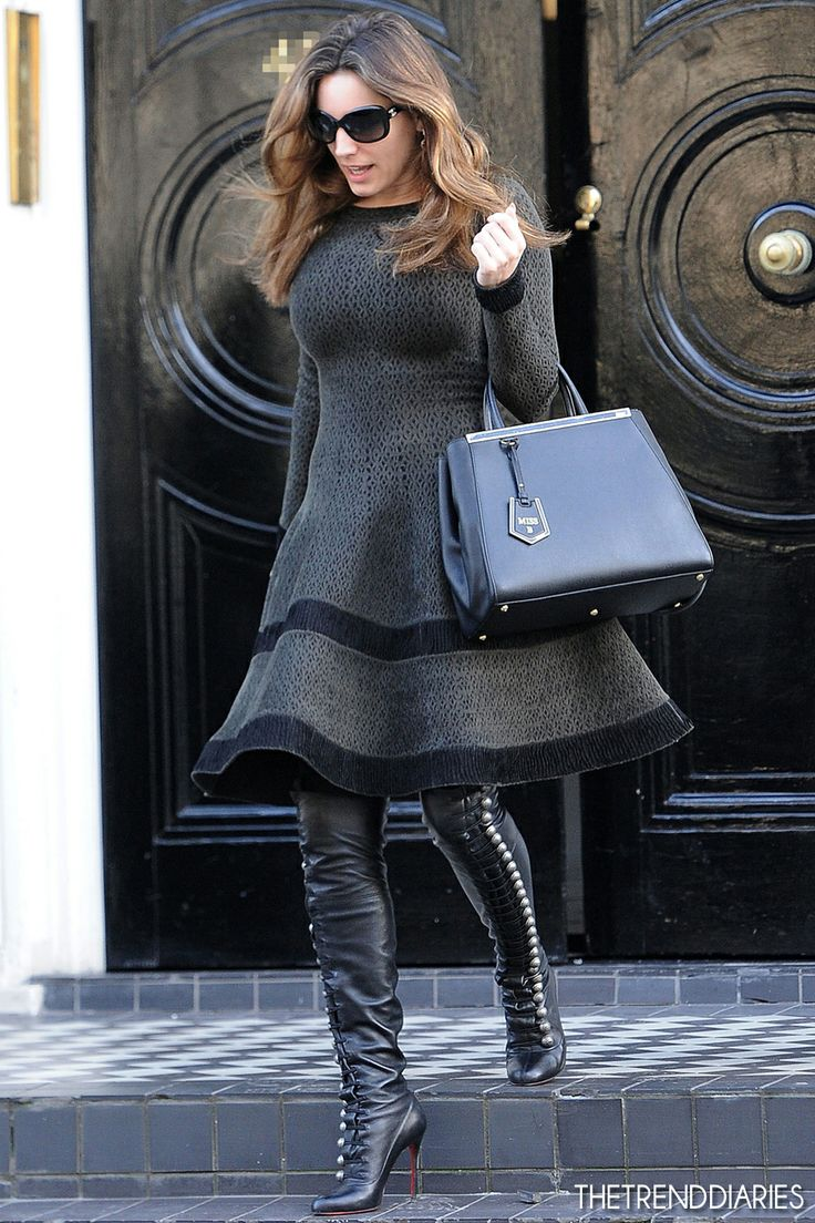Kelly Brook looks chic in head to toe black, and we love the handbag! #Accessoryo #Handbag #KellyBrook #Blackfashion #Celebrityfashion